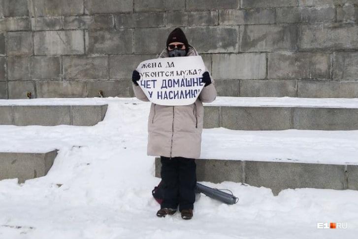 Tři policejní vozy střežily feministické demonstrace v centru Jekatěrinburgu