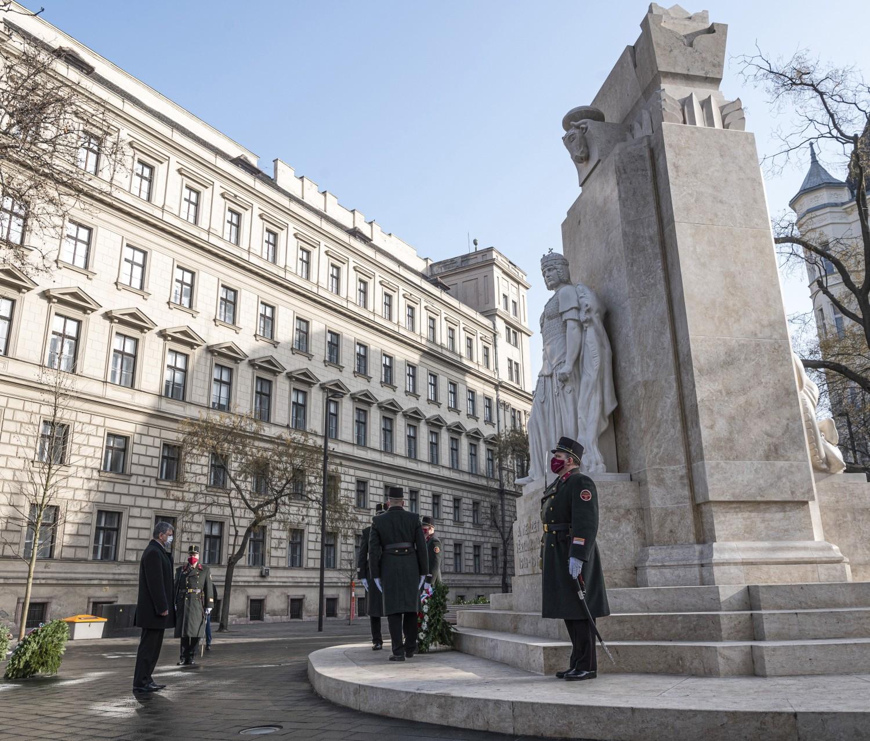 Budapešť, 25. února 2021 László Kövér, předseda Národního shromáždění, položil věnec k Památníku národních mučedníků v den památky obětí komunismu na poli mučedníků.