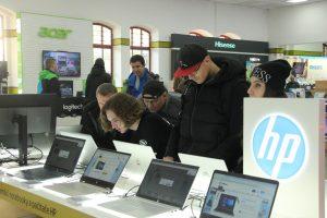 Alza Holešovice zákazníci prohlíží notebooky a předvánoční nákupní shon