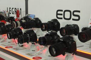 digitální foťáky vystavené v obchodě ALZA
