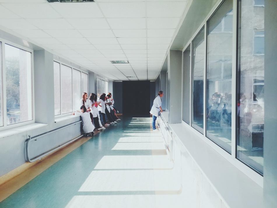 Koronavirus detekovaný u pacientů a lékařů v nemocnici Alexander v Petrohradě