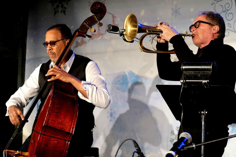 Stanley Clarke a Mark Isham na jazzovém koncertu pořádaném Scientologickou církví ve Winter Wonderland v umělecké čtvrti Crossroads v Kansas City, Missouri