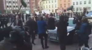 Rozčilený dav na náměstí v Německém městě Stralsund kříčí Merkelová musí pryč